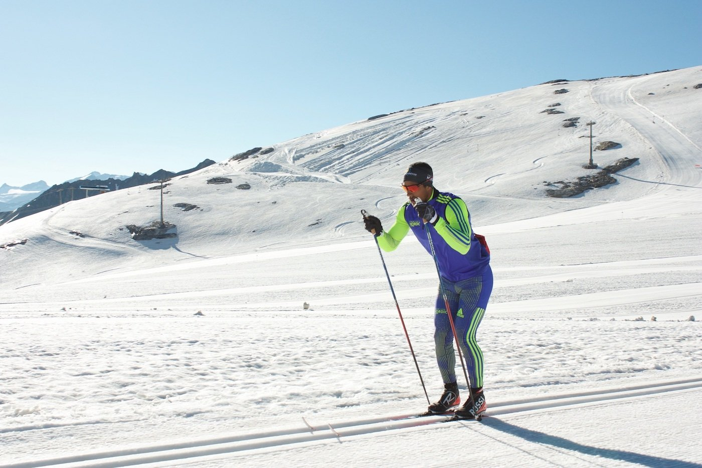 El paso simultáneo esquí de fondo
