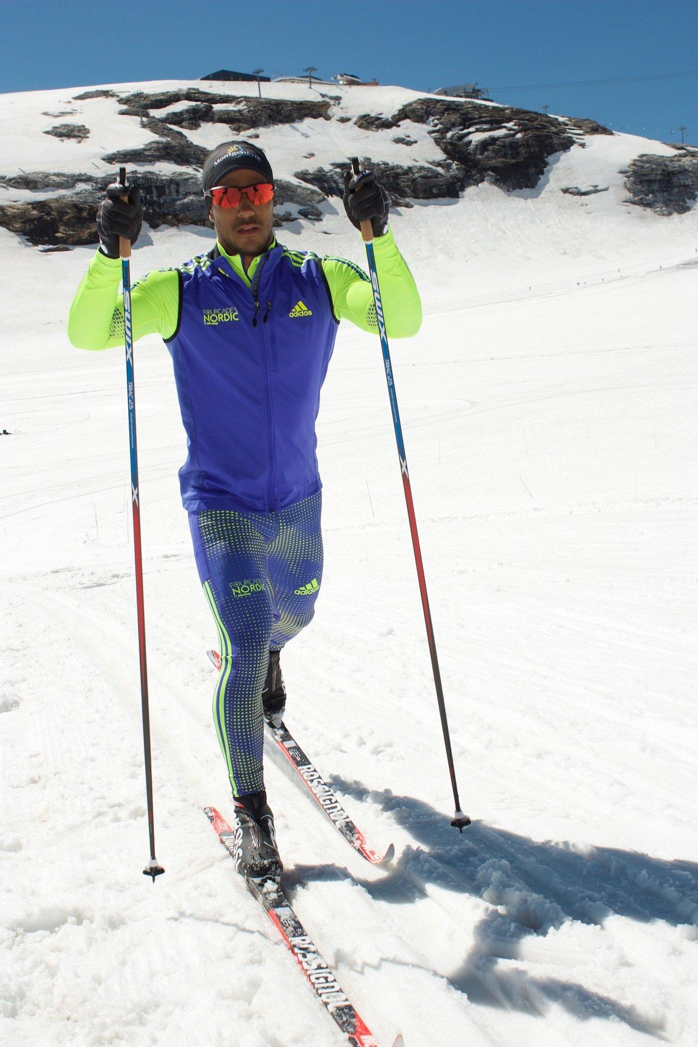 El paso de dos esquí de fondo